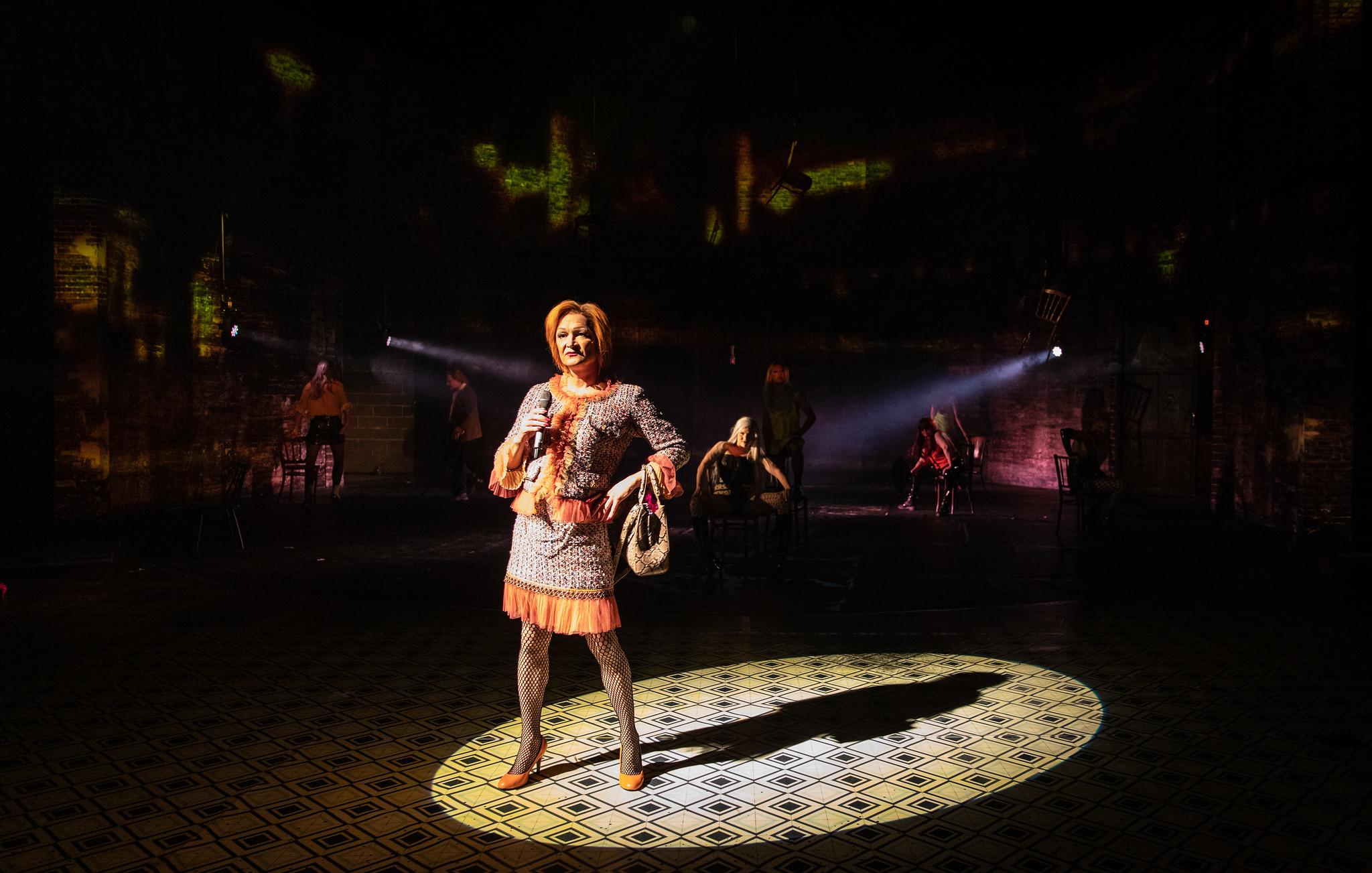Miesnäyttelijän valinta transnaisen rooliin herätti kritiikkiä – Kansallisteatterin näytelmässä hahmo onkin transvestiitti alkuperäisteoksesta poiketen