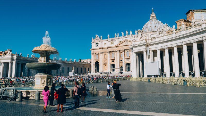 Paavi kehottaa rakastamaan LHBTIQA+ -lapsia sellaisena kuin he ovat