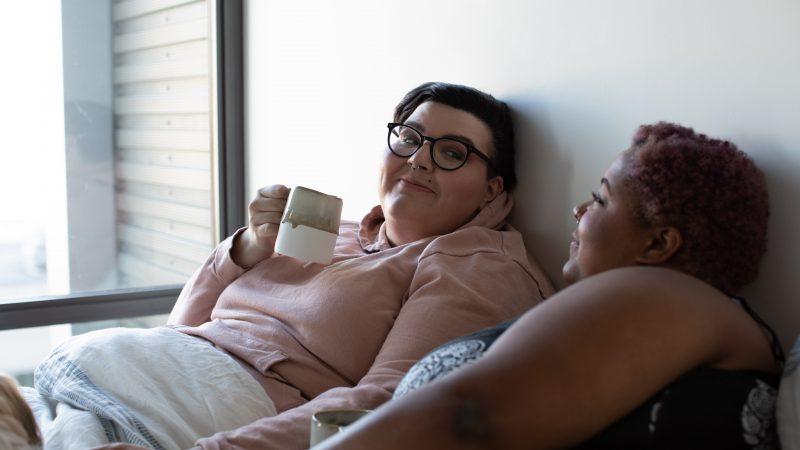 """""""Joidenkin mielestä kaksi naista ei ole sovelias pariskunta"""" – Lesbojen näkyvyyden viikolla kuullaan lesbojen tarinoita"""